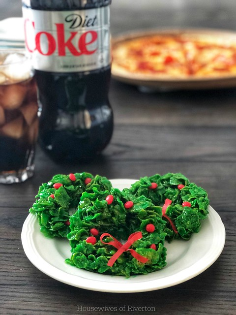 If you need a way to relax with your family during this busy holiday season, make it an easy family night with these fun Christmas Cereal Wreaths!   www.housewivesofriverton.com