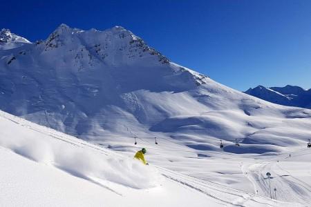 SNOW tour 2017/18: St. Anton – prázdné sjezdovky, freeride a největší vánoční strom