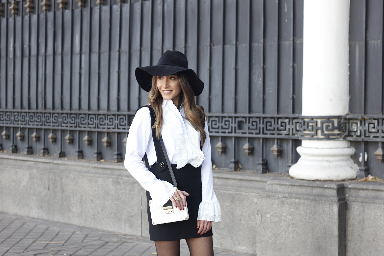 black skirt white shirt black and white outfit trend inspiration hat style fall look blanco y negro08