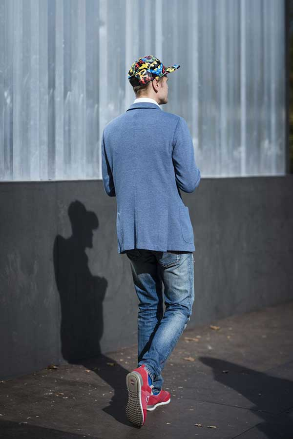 柄キャップ×グレイッシュブルーテーラードジャケット×白シャツ×デニムパンツ×赤スニーカー