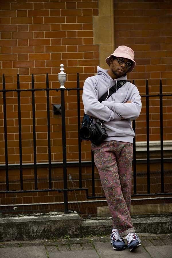 グレイッシュピンクハット×チャンピオングレースウェットパーカー×ピンク柄パンツ×ネイビースニーカー