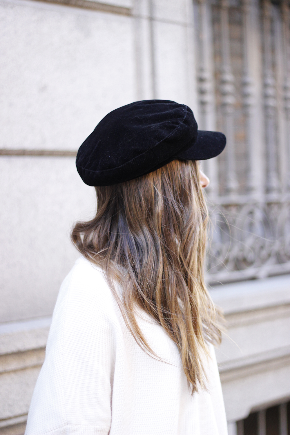 white sweater black leatherette pants sailor cap fall outfit trend tendencias otoño14