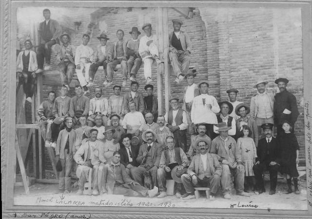 Marcial Lalanda y otros obreros posan con Edouard Hourdillé en 1916 durante la construcción de la Estación de Ferrocarril de Toledo.  Donación de David Pinaquy Hourdillé.