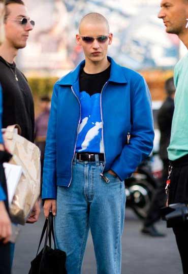 青レザージャケット×黒Tシャツ×ジーンズ