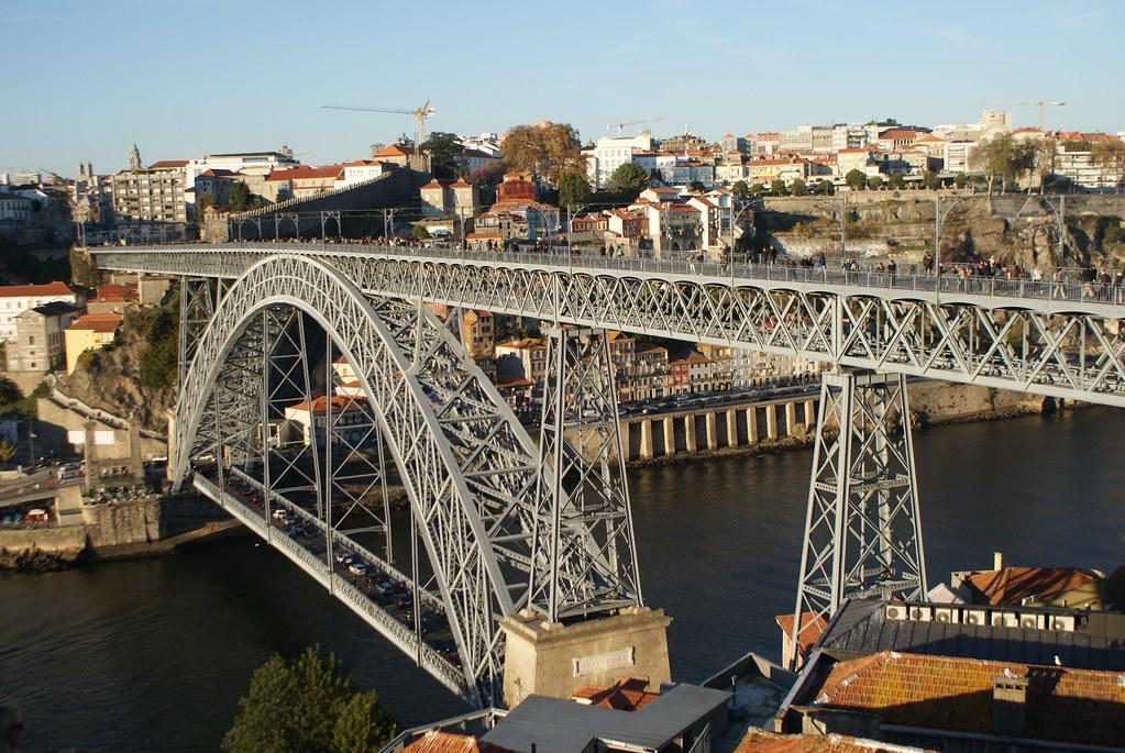 Pont emblématique de Porto après la traversée (côté Vila Nova de Gaia).