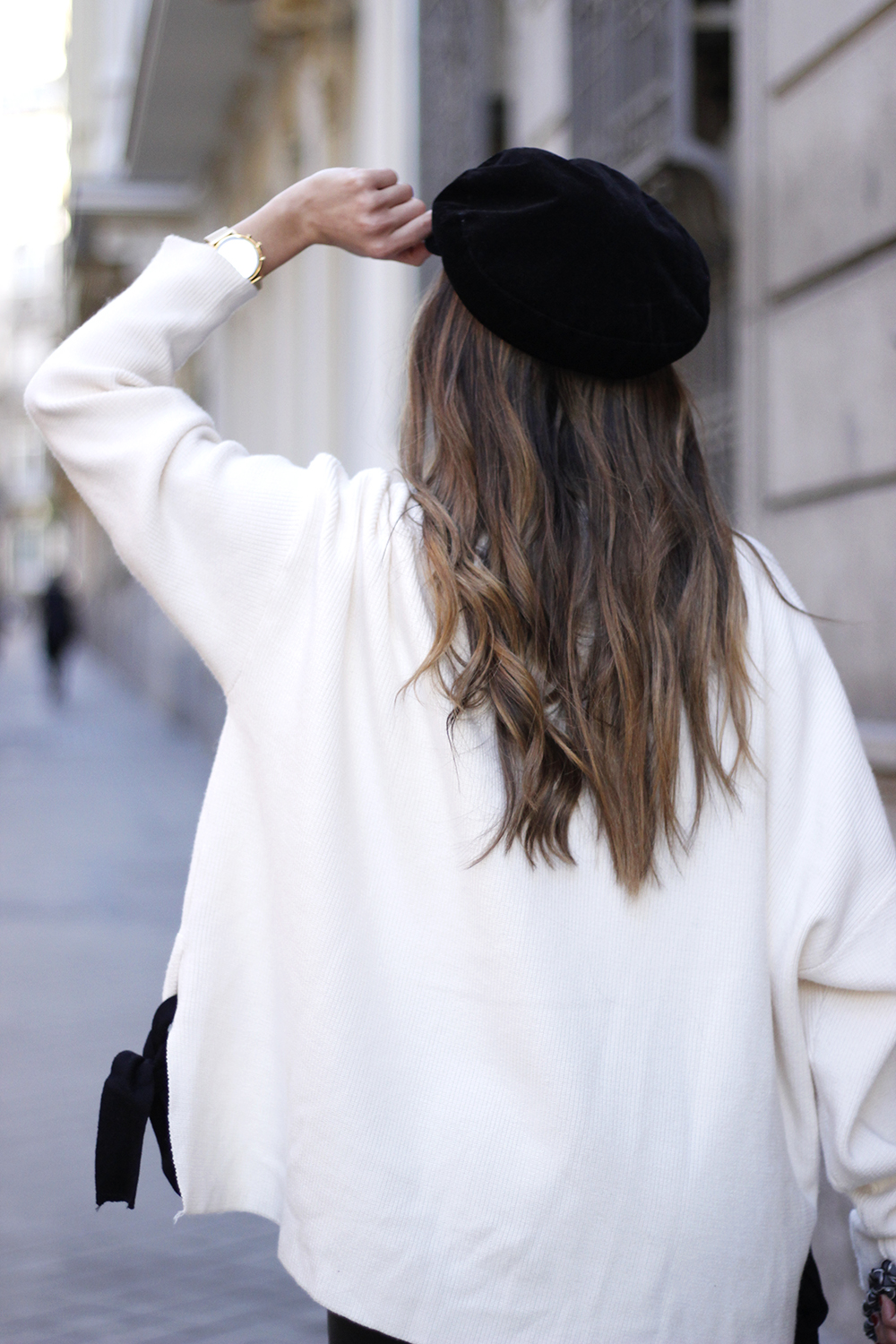 white sweater black leatherette pants sailor cap fall outfit trend tendencias otoño15