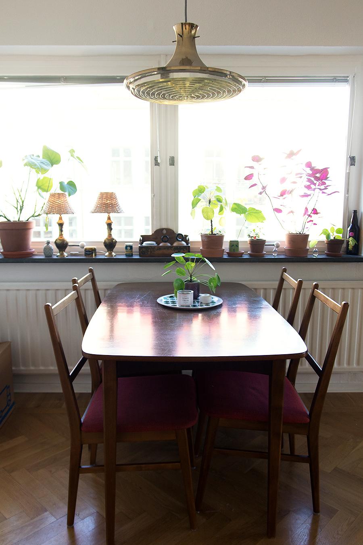 Eftersom vårt kök är rätt litet har matplatsen fått flytta ut hit. Vi har  med samma matbord och stolar som vi hade i gamla lägenheten 21a13a0e7b2e3