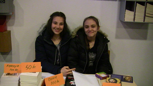 Hanna's daughter Sissal and friend Rakul volunteering at the booktable in Torshavn