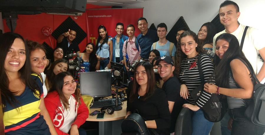 estudiantes en Caracol radio