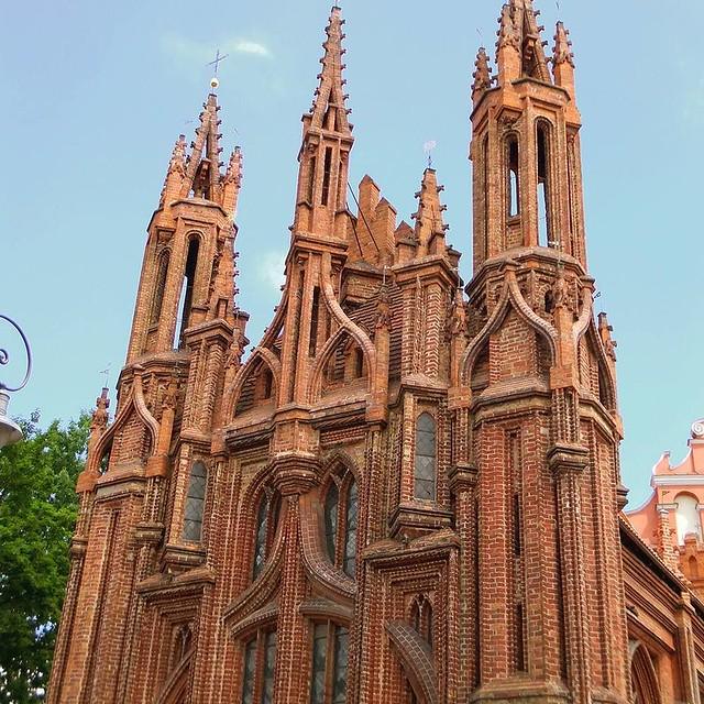 Photo:炎の教会 リトアニアの首都ヴィリニュスを代表するゴシック様式の「聖アンナ教会」。 33種類もの煉瓦を用いたこの教会は、ナポレオンに「わが手に収めてフランスに持ち帰りたい」と言わしめた。 Church of the flame. The Gothic style