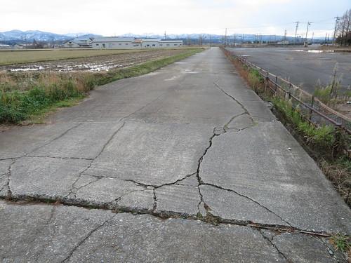 金沢競馬場の裏の道の亀裂