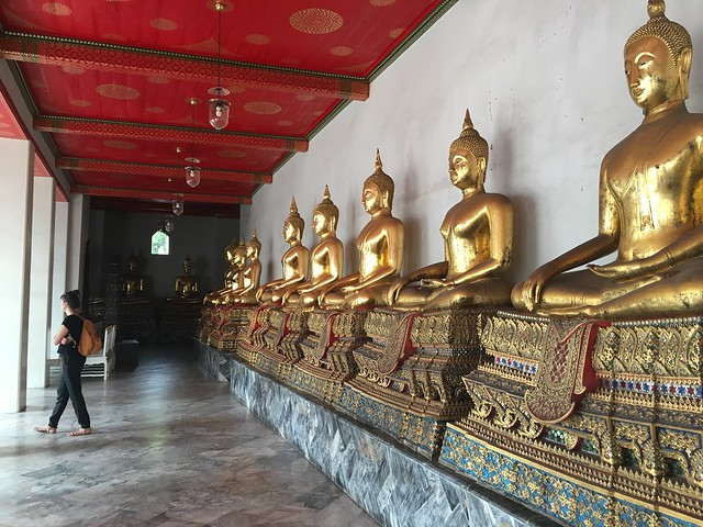 少し進むと仏像の回廊に入る
