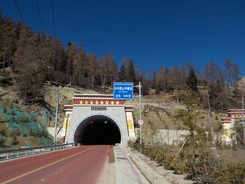 地図にないトンネルに突っ込む
