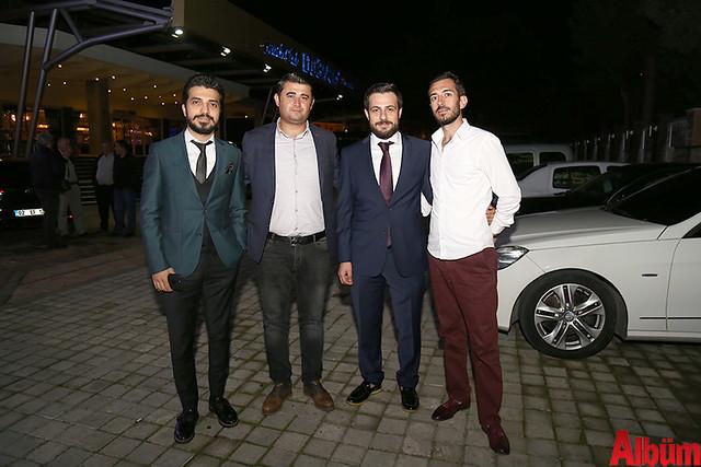 Emirhan Çavuşoğlu, arkadaşları ile birlikte poz verdi.