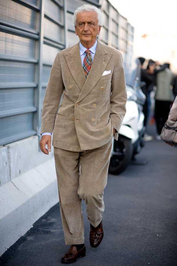 ベージュダブルスーツ×ライトブルーシャツ×赤系チェックネクタイ×ブラウンタッセルローファー