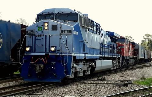 Trem carregado da Rumo partindo do pátio do km 76 em Canguera no corredor exportação.