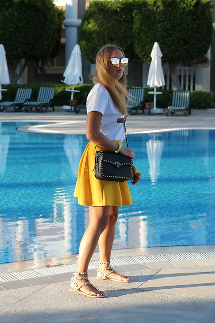 yellow-skirt-and-valentino-bag-whole-outfit-side-wiebkembg