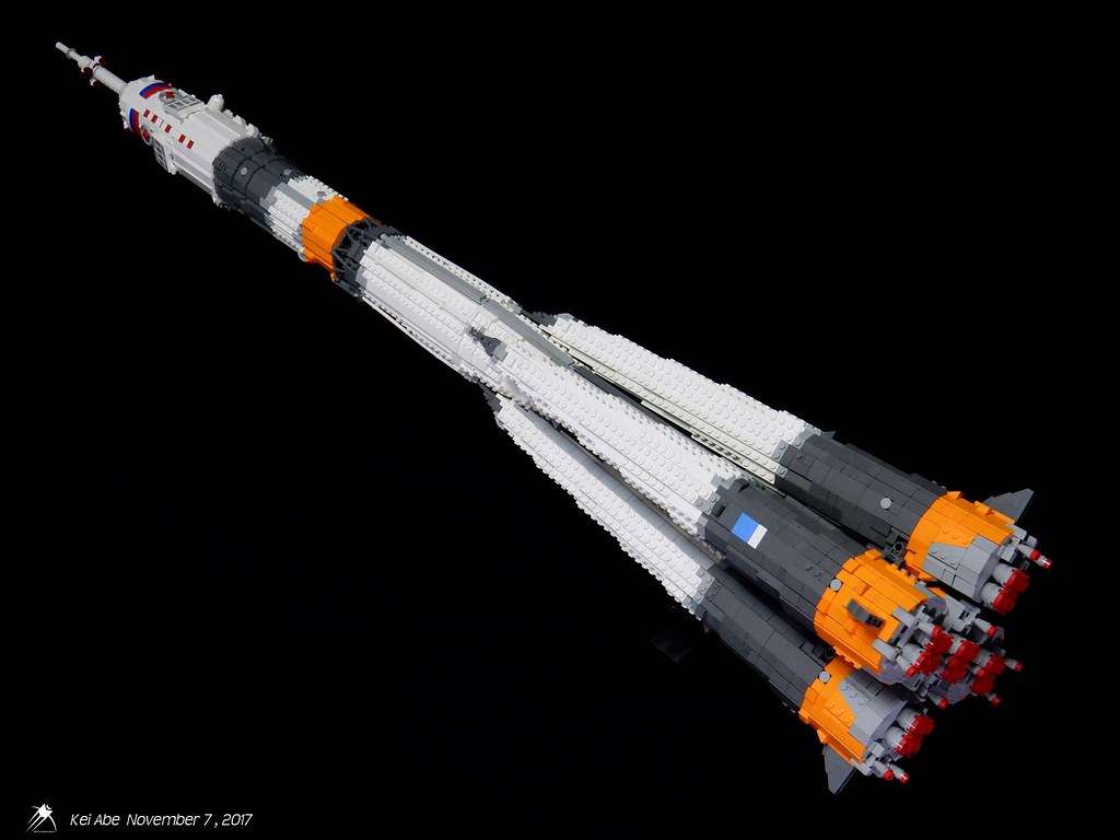Minifig-scale LEGO Soyuz-1-1 Soyuz-FG