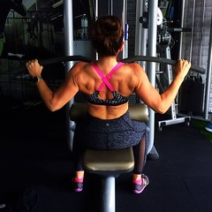#back attack! Wanted to make sure I was engaging all the right #muscles during lat pull downs this week. Turns out I've been building some solid mass back there! . . Thanks to @tenteerachot for snapping this photo so now I know what my back looks like in