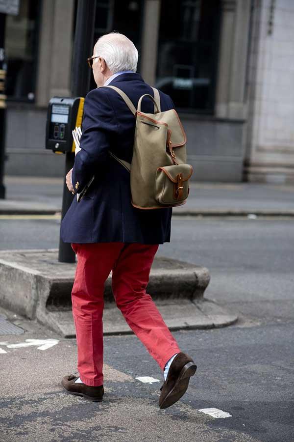 ネイビーテーラードジャケット×赤パンツ×ブラウンスエードタッセルローファー