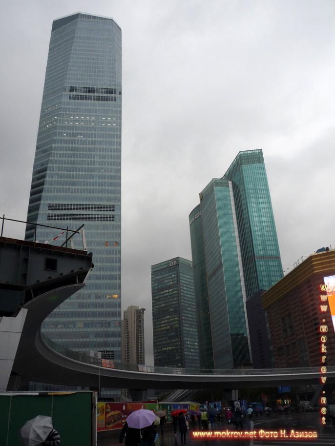 Исторический центр Шанхая в Китае с фотоаппаратом прогулки туристов