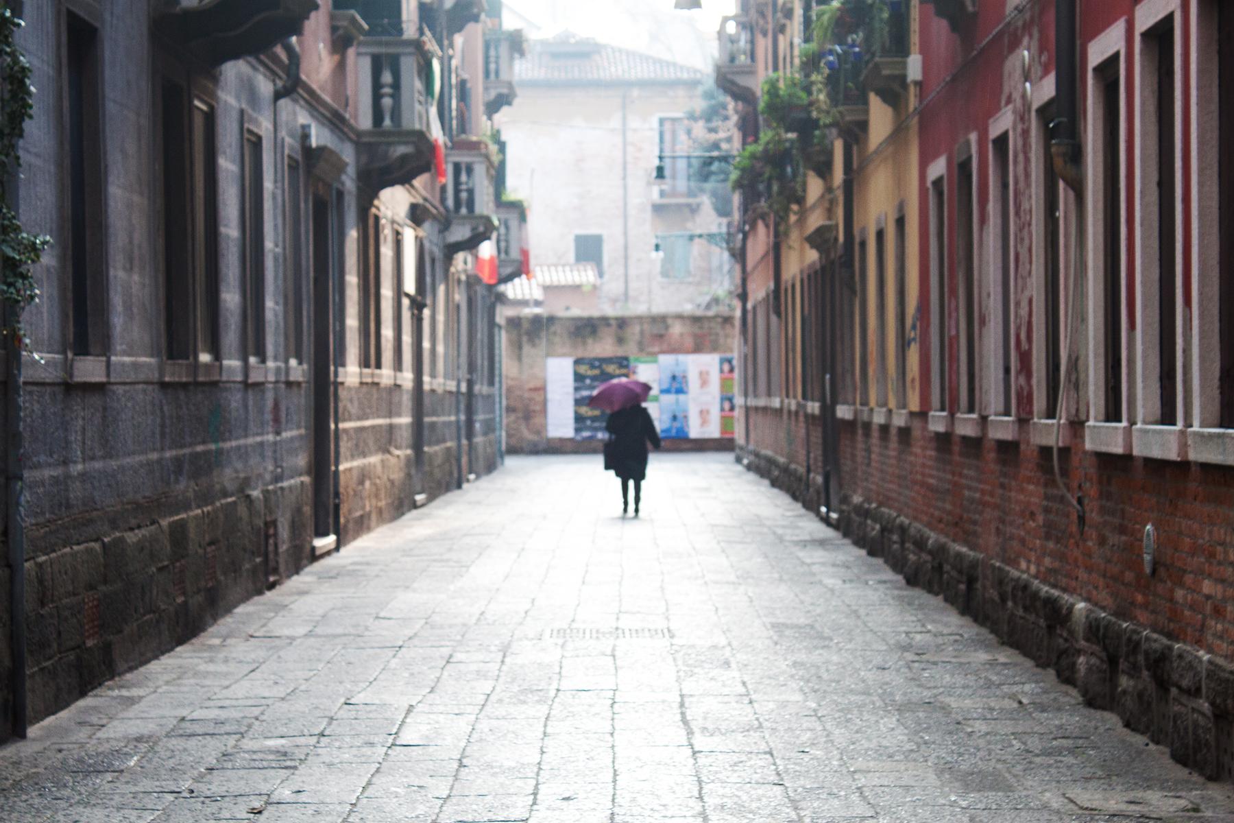 Streets of Venice, Woman in Street | lifeofkitty.co.uk