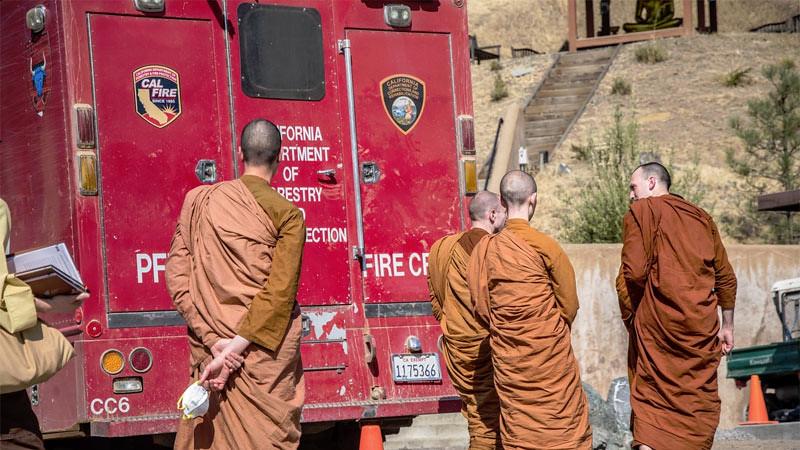 Para bhikkhu kembali ke Vihara Abhayagiri setelah kebakaran hutan di California Utara pada 8 Oktober 2017.