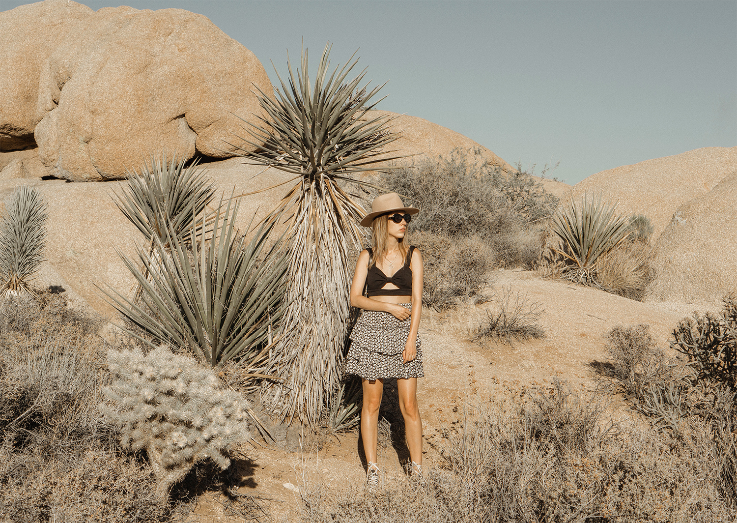 joshuatreepark_highwaistedskirt_lackofcolor_hat_thezulu_celinebox_california_blogger_03