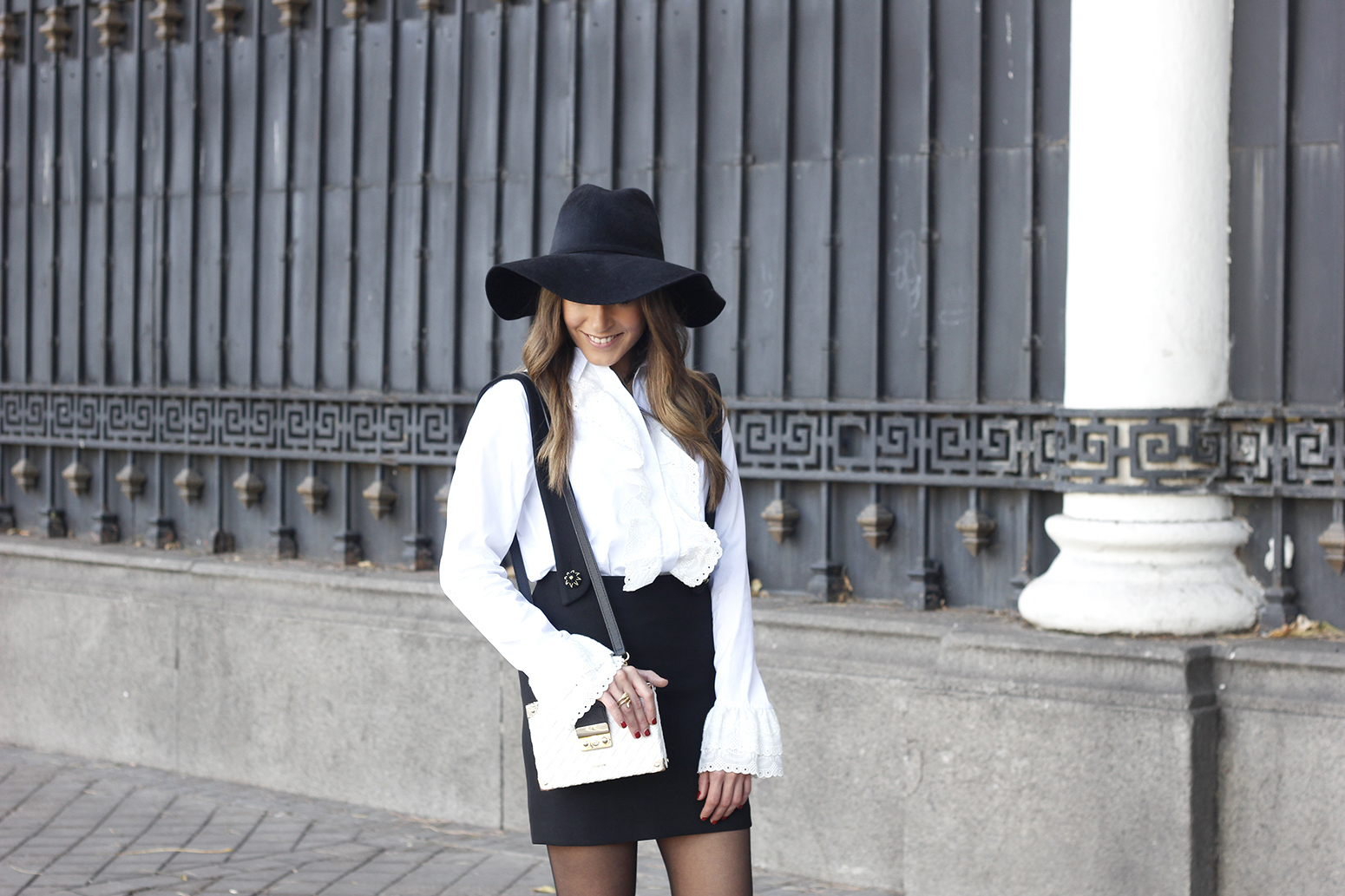 black skirt white shirt black and white outfit trend inspiration hat style fall look blanco y negro09