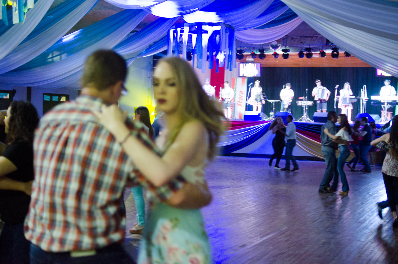 """Adultos y amantes de la tradición alemana, bailan """"corrido"""" en el salón artístico del Club Alemán de Obligado. (Elton Núñez)."""