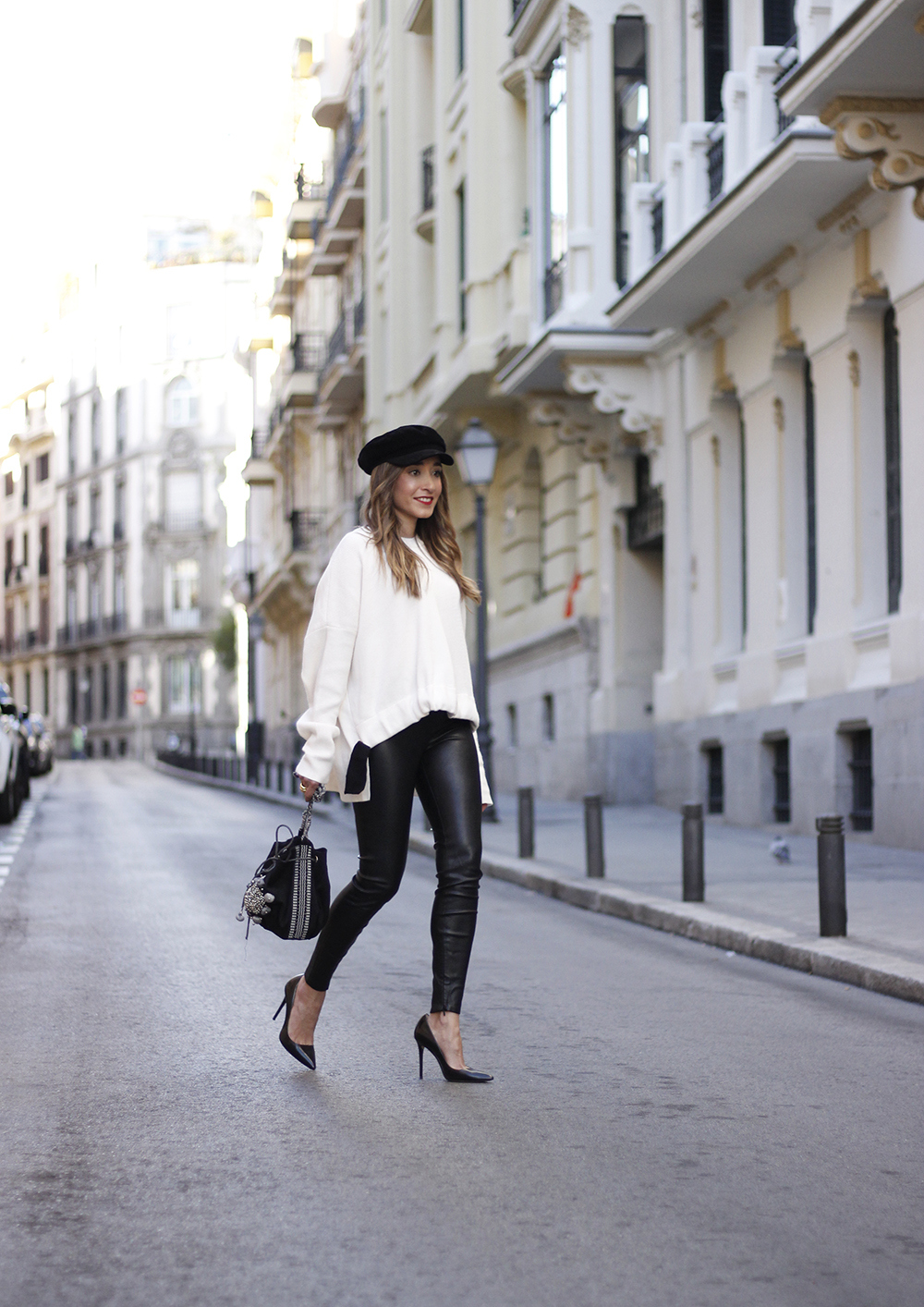 white sweater black leatherette pants sailor cap fall outfit trend tendencias otoño03