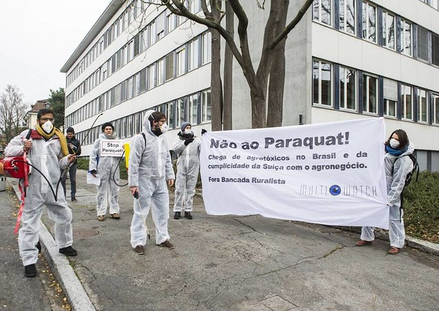 Comitiva enfrentou protesto de ONGs durante visita a secretário suíço - Créditos: Public Eye/Reprodução