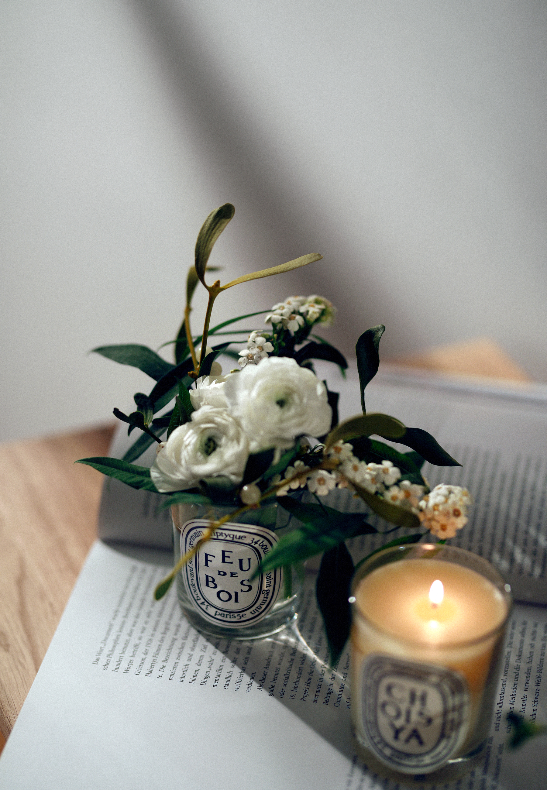 diptyque advent christmas decor white flowers floral decor floristik gesteck winter home and living interior design flowerdesign bloom cats & dogs lifestyle beauty fashion blogger modeblog fashionblog hund und katze ricarda schernus max bechman fotograf 5