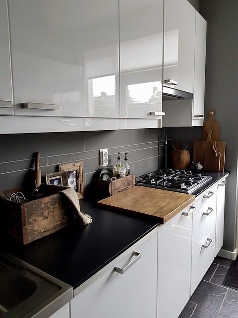 Witte keuken sobere accessoires