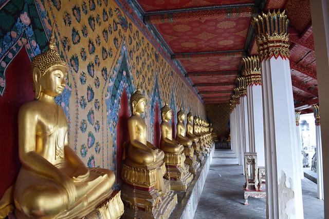 またもや仏像の回廊。壁がさらにゴージャス。