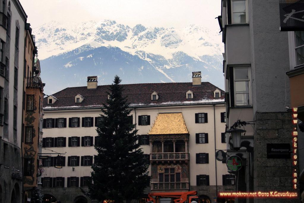 Инсбрук — город в Австрии с фотоаппаратом прогулки туристов
