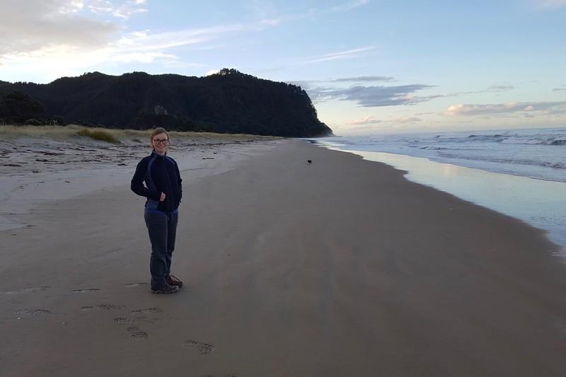 Maria am Strand von Ohui. Heute mal wieder unser Privatstrand, wie fast immer.