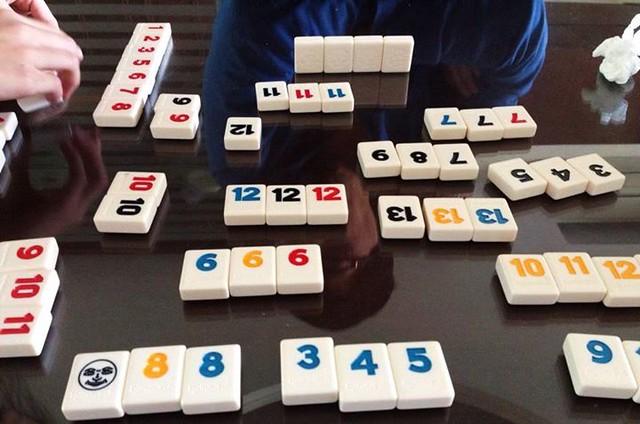 【手帖365】拉密牌Rummikub 拉密數字牌,又稱為以色列麻將,是目前玩過的桌遊裡頭我最喜歡的一種,有點像中華麻將但是又不大一樣,規則不複雜但是要出得一手好牌不容易。遲遲無法破冰(出牌)不代表會輸,一開始就出到剩最後一張牌的人則是不見得會贏,一切都還是要靠運氣以及腦筋,我最佩服可以移動整個桌面來排列牌型後還可以回復原狀的人(對就是我老公)。因為喜歡麻將的手感,我還特地去買了這種厚實的磚塊版(有薄型好攜帶的旅行版)。 #生活手帖365 →看其他生活手帖365:http://ift.tt/2ymD4F2