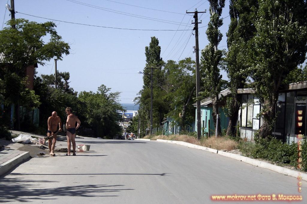 Город Архипо-Осиповка с фотокамерой прогулки туристов.