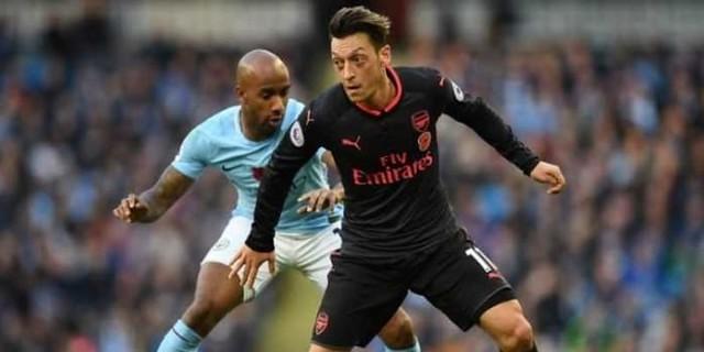 Mesut Ozil Minta Nomor 10 Syarat Bertahan di Arsenal