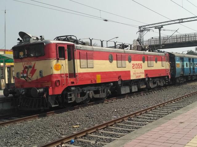 Newly painted Itarsi WAM4 with Malwa Superfast at LMNR INDORE
