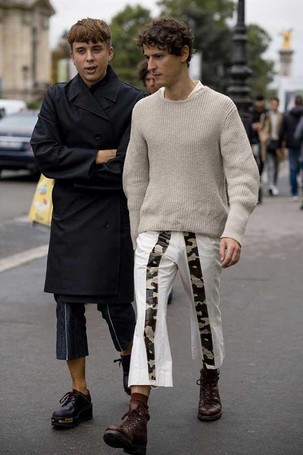 黒ダブルボタンコート×黒七分丈パンツ×黒ダービーシューズ&オフホワイトセーター×白パンツ×ブラウントレッキングブーツ