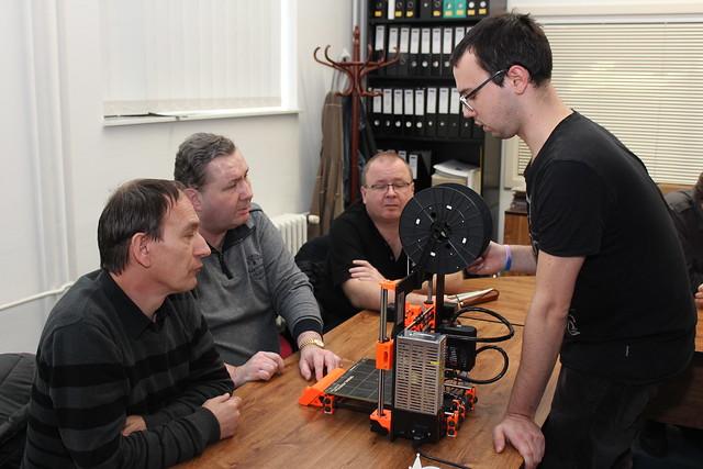 Možnosti použití FFF/FDM 3D tiskáren zrakově postiženými, vpravo lektor Petr Dušek