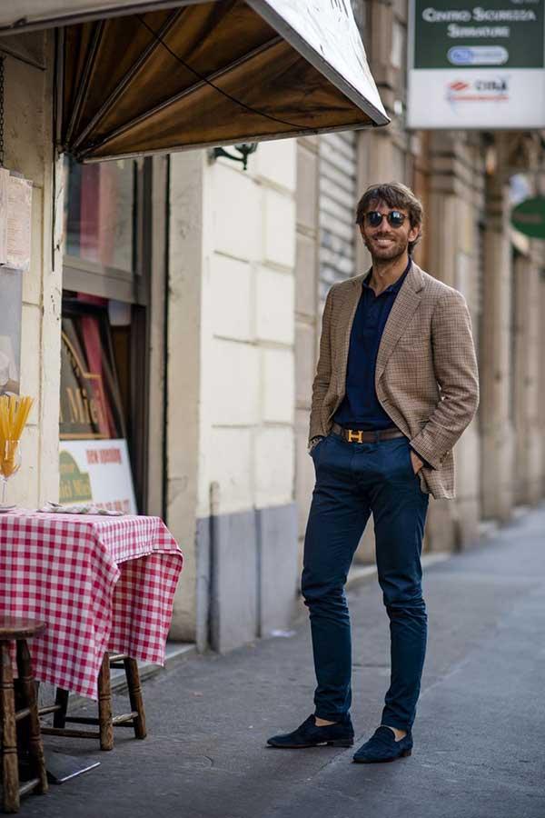 ベージュチェックジャケット×紺ポロシャツ×紺チノパン×紺スエードコインローファー