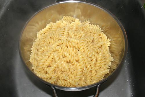 31 - Nudeln abtropfen lassen / Drain noodles