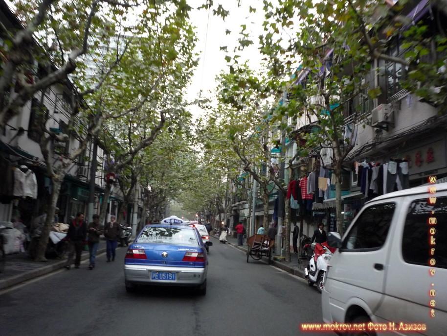 Исторический центр Шанхая в Китае прогулки туристов с фотокамерой