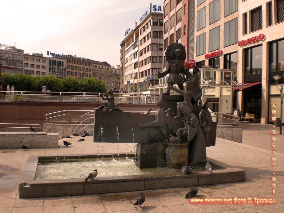 Исторический центр Города Франкфурт на Майне с фотоаппаратом прогулки туристов
