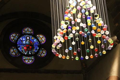 Le lustre de boules de Meisenthal à l'église Ste Foy de Sélestat