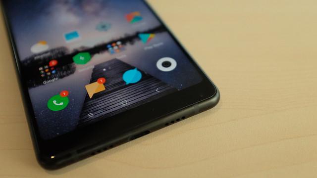 Letak kamera depan Mi MIX 2 di sudut kanan bawah dagu smartphone (Liputan6.com/ Iskandar)