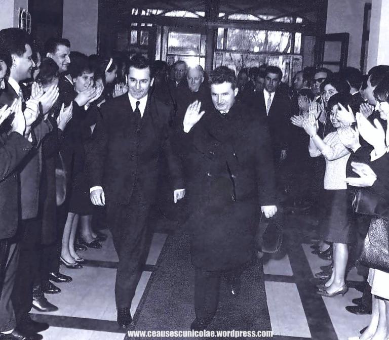De la stanga: Ion Iliescu si Nicolae Ceausescu